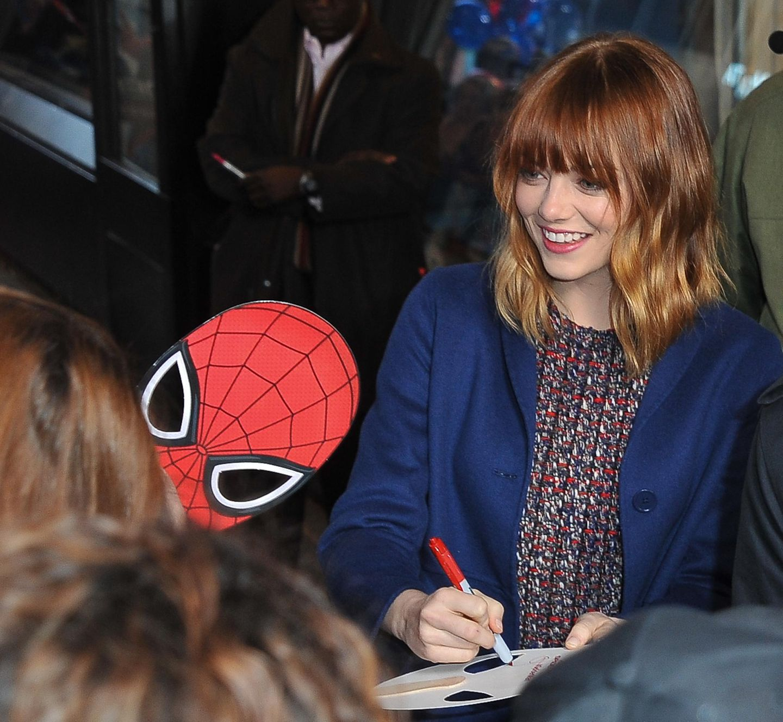 "Emma Stone verteilt vor der Show ""Good Morning America"" fleißig Autogramme."