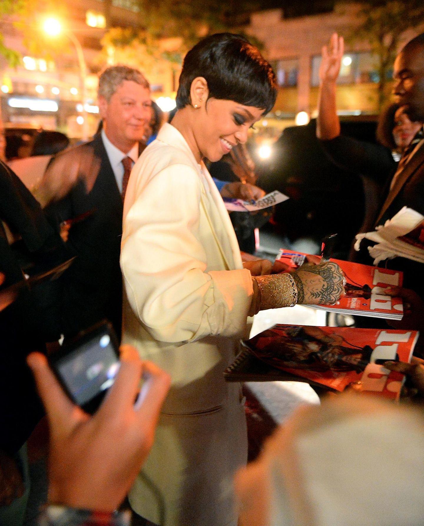 """Nach dem """"CFDA Award""""-Dinner signiert Rihanna die """"Lui""""-Ausgabe mit ihr auf dem Cover."""