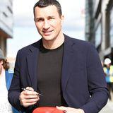 Wladimir Klitschko wird von seinen britischen Fans in Manchester um ein Autogramm auf Boxhandschuhen gebeten.