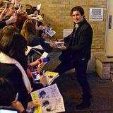 """Nach seinem """"Romeo and Juliet""""-Auftritt warten Fans am Theaterausgang auf Orlando Bloom, um ein Autogramm zu ergattern."""