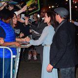 """Angelina Jolie und Brad Pitt geben auf der Premiere ihres Films """"By The Sea"""" fleißig Autogramme."""
