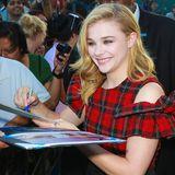 Chloe Grace Moretz erfüllt ihren Fans Autogrammwünsche bevor die Schauspielerin in einer Talkshow zu Gast ist.