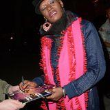 Grace Jones zeigt sich in der Öffentlichkeit und verteilt dabei ein paar Autogramme.