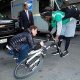 """Vor seinem Auftritt in der """"Late Show with David Letterman"""" unterschreibt Michael Fassbender bereitwillig das Arbeitsutensil dieses Fahrradkuriers."""