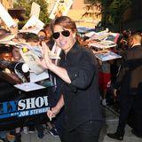 "Tom Cruise gibt seinen ""Mission Impossible""-Fans gerne Autogramme."