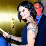"""Nach der """"Late Show with Seth Meyers"""" gibt die Schauspielerin Jaimie Alexander Autogramme."""