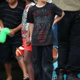 Shiloh scheint auch Fußball-Fan zu sein. Hier trägt sie ein Shirt vom berühmten englischen Verein FC Liverpool zur gemütlichen Cargo-Hose und Flip-Flops.
