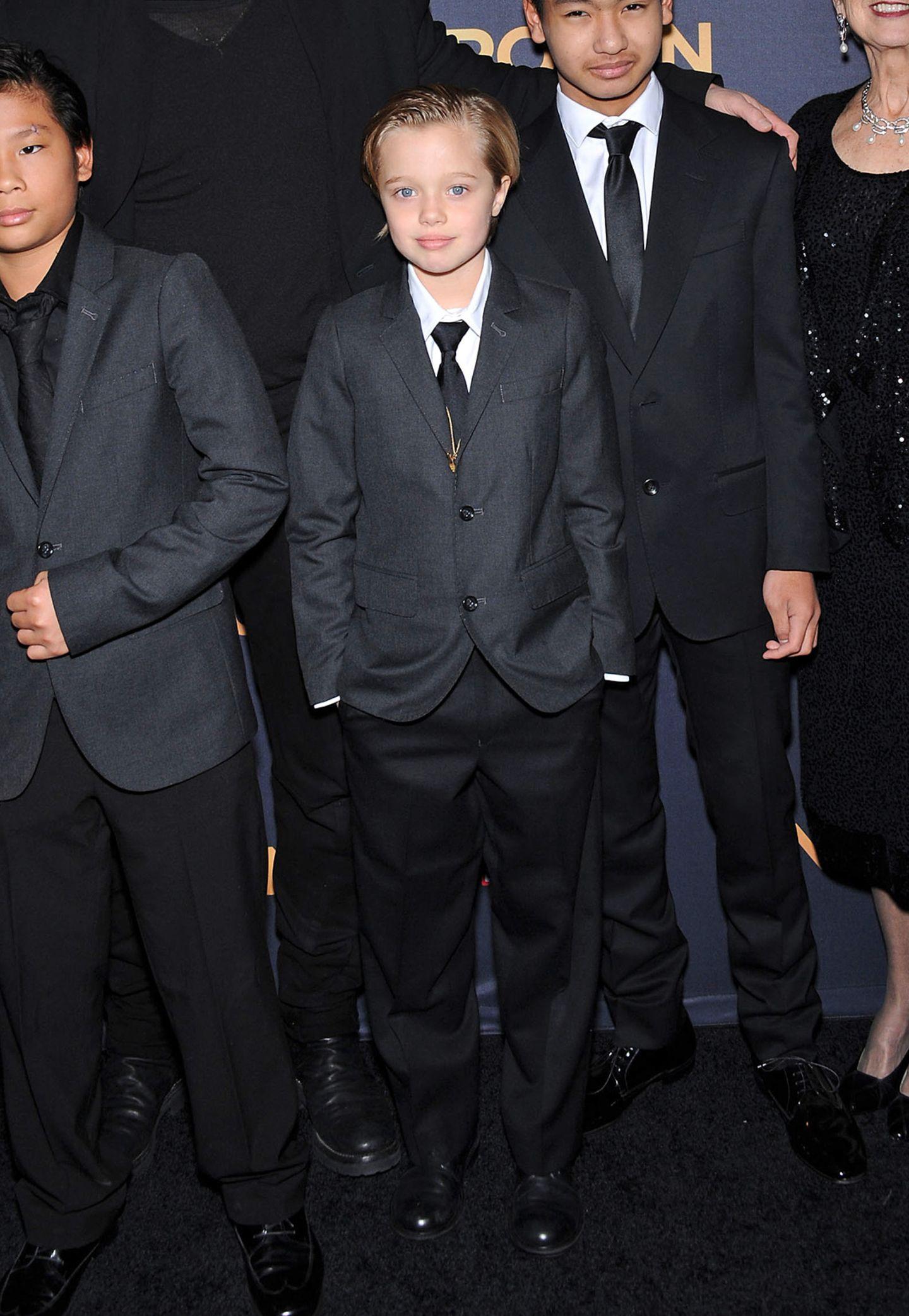 """Wie ihre Brüder Pax und Maddox wirkt Shiloh im grau-schwarzen-Anzug mit Krawatte und zurückgegelten Haare bei der Hollywood-Premiere von """"Unbroken"""" besonders lässig."""