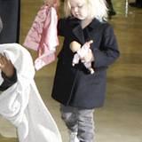 Schon mit zweieinhalb Jahren trägt Shiloh lieber Hosen und Sneaker als Kleidchen und Sandalen.