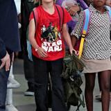 """Alle lieben """"Star Wars"""": Shiloh Jolie-Pitt zeigt das mit einem leuchtend roten Shirt im Comic-Style."""