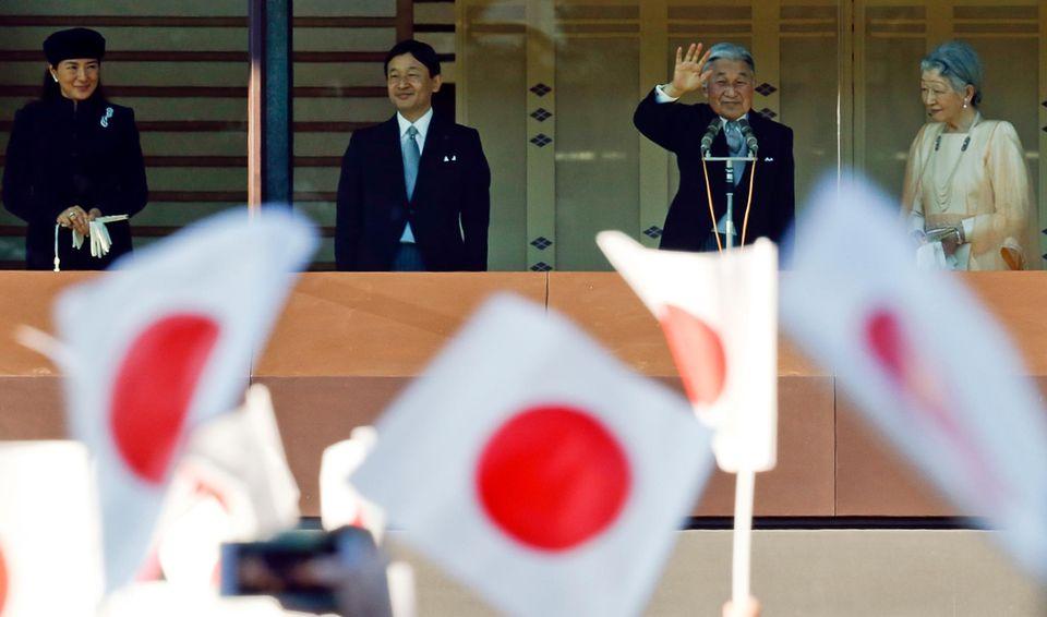 23. Dezember 2014: Prinzessin Masako, Prinz Naruhito, Kaiser Akihito und Kaiserin Michiko schauen vom Palastbalkon aus auf ein Fahnenmeer.