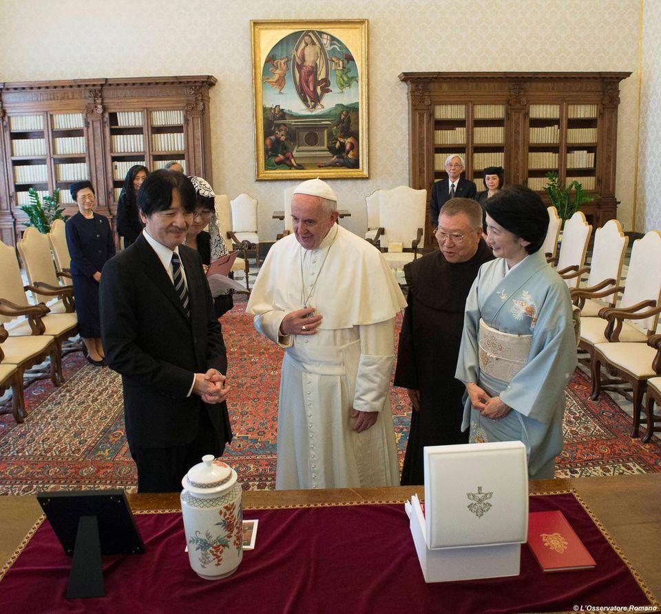 12. Mai 2016  Prinz Akishino und seine Frau Prinzessin Kiko sind bei Papst Franziskus im Vatikan und tauschen Geschenke aus.