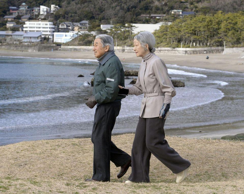 5. Februar 2014: Kaiser Akihito und Kaiserin Michiko gehen am Strand in Hayama spazieren.