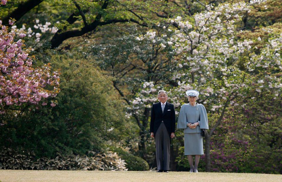 """17. April 2014: Kaiser Akihito und Kaiserin Michiko haben einen Frühlingsauftritt im """"Akasaka Imperial Garden"""" in Tokio."""