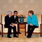 9. März 2015: Kaiser Akihito hat Besuch von Angela Merkel. Im kaiserlichen Palast unterhält er sich, unterstützt durch einen Dolmetscher, mit der deutschen Bundeskanzlerin.