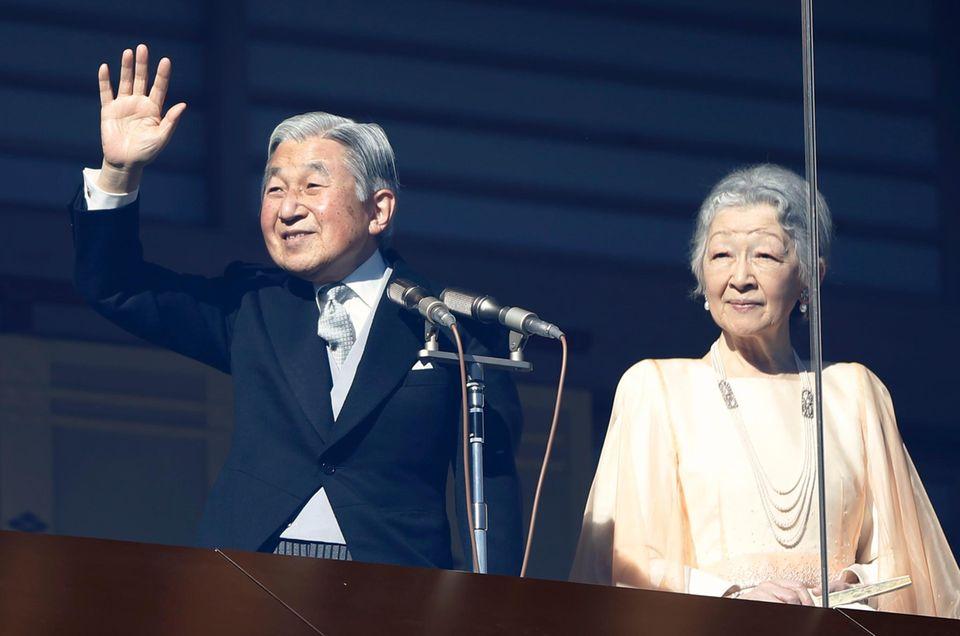 23. Dezember 2014: Kaiser Akihito bedankt sich vom verglasten Balkon des kaiserlichen Palastes in Tokio für die Glückwünsche zu seinem 81. Geburtstag.
