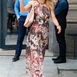 Michelle Hunzikers farbenfrohes Maxikleid mit Blumenmuster ist in der Taille leicht gerafft und wird im Nacken geknotet. Dadurch wirkt es trotz des lässigen Schnittes sehr feminin und elegant.