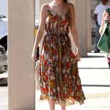 Das Midikleid von Selena Gomez macht so gute Laune wie eine sommerliche Blumenwiese.