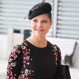 Für den Empfang des portugiesischen Präsidenten Silva in Stockholm hat sich Prinzessin Victoria ein schwarzes Etuikleid mit seitlichem Blumendruck ausgesucht.
