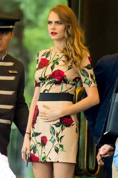 Für ein Interview-Termin in Madrid hat sich Cara Delevingne ein ganz rosiges Outfit ausgesucht. Das eher brave, beige-florale Etuikleid kombiniert sie aber sehr sexy mit auffälligen Riemchen-Heels.