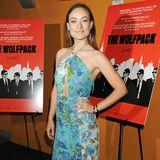 """Olivia Wilde kombiniert bei der New Yorker Premier von """"The Wolfpack"""" ihr blumig-luftiges Neckholder-Kleid farblich toll mit roten High Heels."""