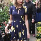 Zum Blumen-Shopping trägt Taylor Swift mit diesem floralen 40er-Jahre -Retro-Dress genau das Richtige.