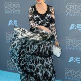 Schwungvoll in Schwarz-Weiß: Helen Mirren zeigt sich bestens gelaunt im floralen Chiffon-Kleid von Dolce & Gabbana.