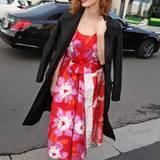 """Im leuchtend rot-pinken Floral-Dress besucht Jessica Chastain die """"Fondazione Prada"""" in Mailand."""