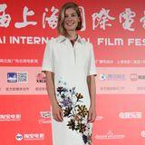 Auf Rosamund Pikes weißem Kragenkleid, das sie beim Shanghai International Film Festival trägt, wirkt der florale Druck besonders schön.