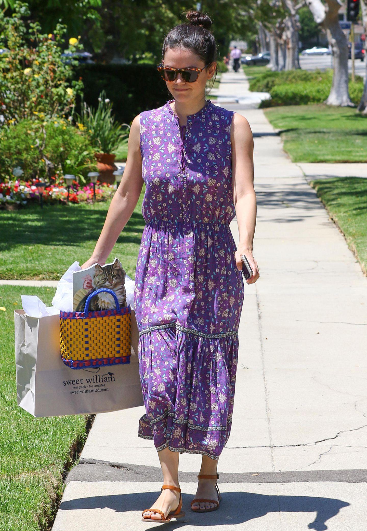 Hippie-Look in Lila! Rachel Bilson ist im sommerlich farbenfrohen Blumenkleid in Beverly Hills unterwegs. Schön bequem sind dazu ihre hellbraunen Leder-Sandalen.
