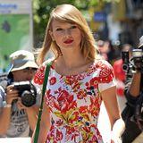 Farbenfroh von Kopf bis Fuß: Taylor Swift ist mit folkloristisch angehauchtem Blumenkleid von Oscar de la Renta, grünen Pumps und passender Tasche ganz auf Sommer eingestellt.