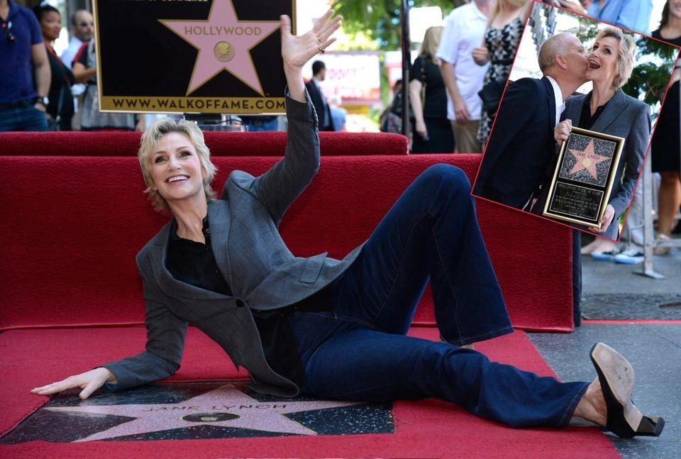 """4. September 2013: Jane Lynch bekommt nicht nur einen Stern auf dem Walk of Fame, sondern auch noch ein Küsschen von """"Glee""""-Regisseur Ryan Murphy."""