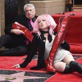 11. April 2016: Cyndi Lauper und Harvey Fierstein feiern ihren Sterne auf dem berühmten Walk of Fame und posieren für die Fans und Fotografen.