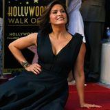 """8. November 2013: """"Law & Order""""-Star Mariska Hargitay bekommt einen Stern auf dem berühmten Walk of Fame. Hilary Swank ist zum Gratulieren gekommen."""