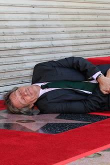 25. Oktober 2016: Der 2593. Stern geht an Dr. House! Ganz gerührt und ehrfurchtsvoll legt sich Hugh Laurie neben seinen Stern in Hollywood. Ein kleines Detail lugt am Hosenbein raus. Der britische Schauspieler trägt Union Jack-Socken.