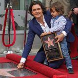2. April 2014: Orlando Bloom bekommt bei der Enthüllung seines Sterns auf dem Walk of Fame Unterstützung von Sohnemann Flynn.