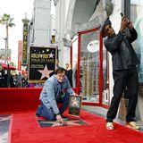 21. Dezember 2015: Quentin Tarantino wird mit einem Stern auf dem Hollywood Walk of Fame geehrt. Kumpel Samuel L. Jackson hält den Moment der Enthüllung mit seinem Handy fest.