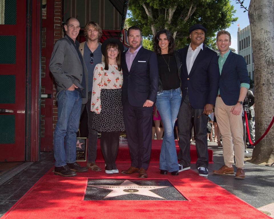 """4. März 2015: Chris O'Donnell wird mit einem Stern auf Hollywoods """"Walk of Fame"""" geehrt und seine Schauspielkollegen Miguel Ferrer, Eric Christian Olsen, Renee Felice Smith, Daniela Ruah, LL Cool J und Barrett Foa, feiern mit ihm diesen besonderen Tag."""