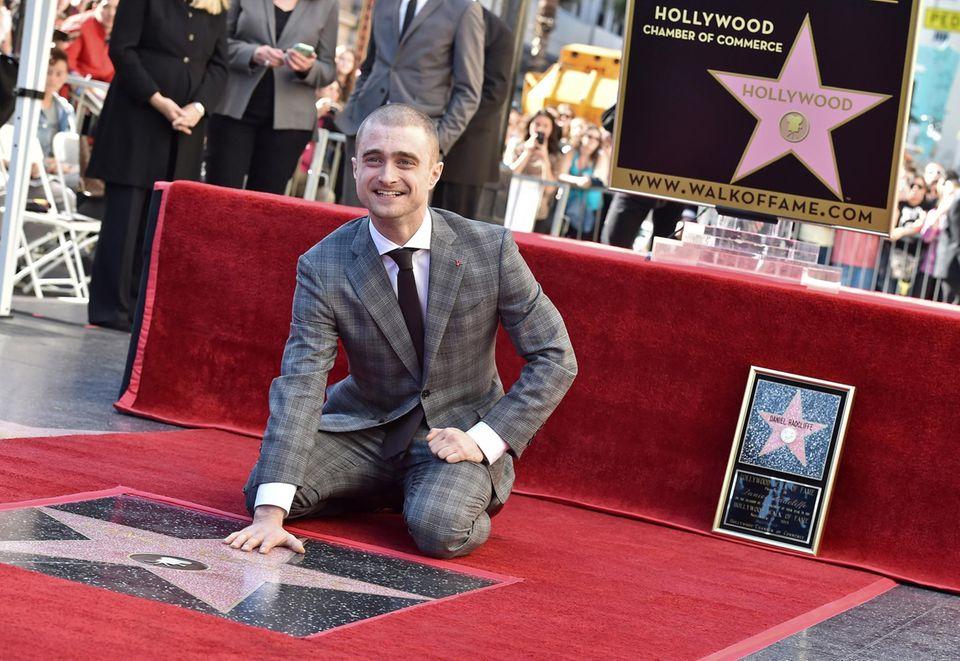 """12. November 2015: Jungschauspieler Daniel Radcliffe freut sich über seinen Stern auf dem berühmten """"Walk of Fame""""."""