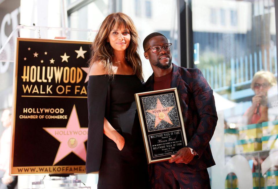 10. Oktober 2016: Für die Enthüllungs-Zeremonie seines Sterns auf dem Walk of Fame hat sich Schauspieler Kevin Hart mit Halle Berry weitere prominente Unterstützung geholt.