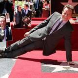 """16. Juli 2013: Bryan Cranston wird mit einem Stern auf dem berühmten Walk of Fame geehrt. Zum Gratulieren sind """"Breaking Bad""""-Co-Star Aaron Paul und """"Malcom Mittendrin""""-Star Frankie Muniz gekommen."""