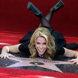 """29. Januar 2014: """"Suburgatory""""-Schauspielerin Cheryl Hines enthüllt ihren Stern auf dem Walk of Fame und bietet den Fotografen lustige Posen."""