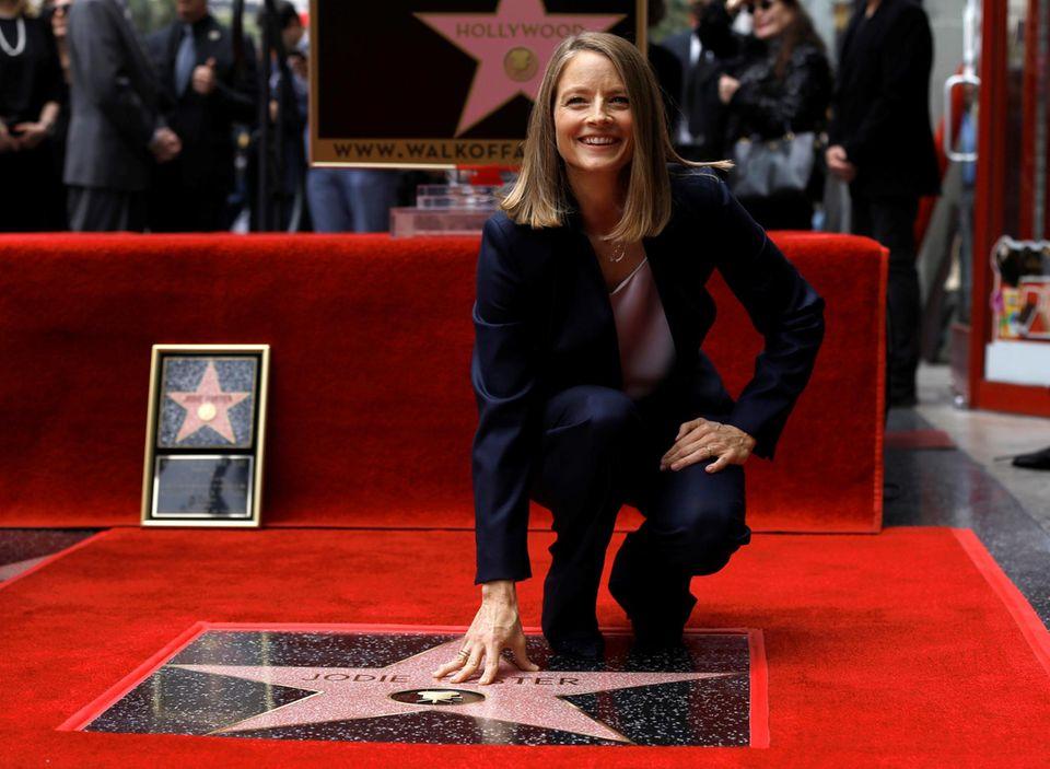 Jodie Foster strahlt: Die Schauspielerin wird in Hollywood mit einem Stern auf dem Walk of Fame geehrt.