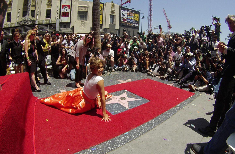 """20. Juni 2013: Glücklich liegt Jennifer Lopez vor ihrem Stern auf dem berühmten """"Walk of Fame"""". Ein tolles Motiv für zahlreiche Fotografen."""