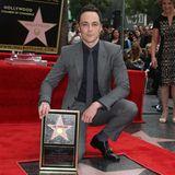"""11. März 2015: Der Hollywood Boulevard ist um einen Star reicher! Der """"Big Bang Theory""""-Darsteller Jim Parsons erhält seinen eigenen Stern auf dem """"Walk of Fame"""". Als """"Sheldon Cooper"""" hat er sicher nichts anderes erwartet, als Jim Parsons begeht er diese besondere Ehrung mit seiner Familie und seinen Kollegen."""