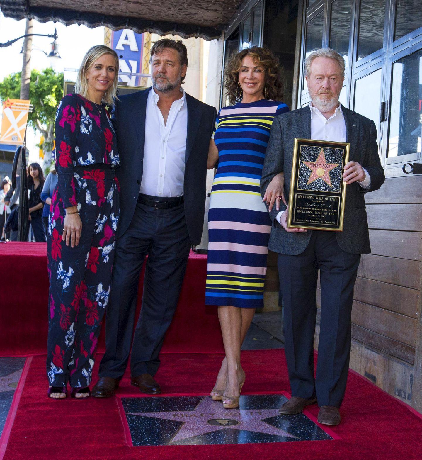 5. November 2015: Regisseur Ridley Scott bekommt einen berühmten Stern in Hollywood. Kristen Wiig, Russell Crow und seine Frau Giannina Facio gratulierem ihm.