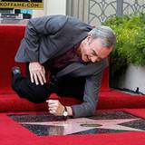 "10. August 2012: Sänger Neil Diamond poliert seinen Stern auf dem ""Walk of Fame"" in Hollywood."