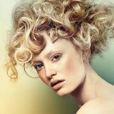 Star-Appeal: Die Struktur bestimmt den Look. Große Wellen in Goldblond verströmen modernen Retro-Appeal à la Brigitte Bardot