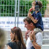 """4. August 2013  Familienausflug an die Rennstrecke: Prinz Henrik lässt sich auf den Schultern von Papa Prinz Joachim einen dänischen Hot Dog schmecken. Mama Prinzessin Marie begleitet ihre Männer zum """"Historic Grand Prix"""" in Kopenhagen."""