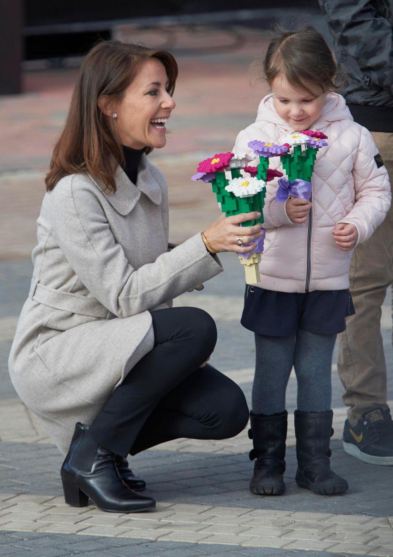 Prinzessin Athena und Prinzessin Marie freuen sich über einen lange haltbaren Blumenstrauß - aus Lego!